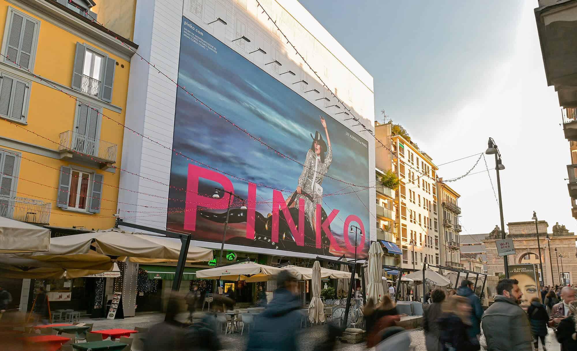 Maxi Affissione Streetvox Corso Como 6 a Milano con Pinko (Moda)