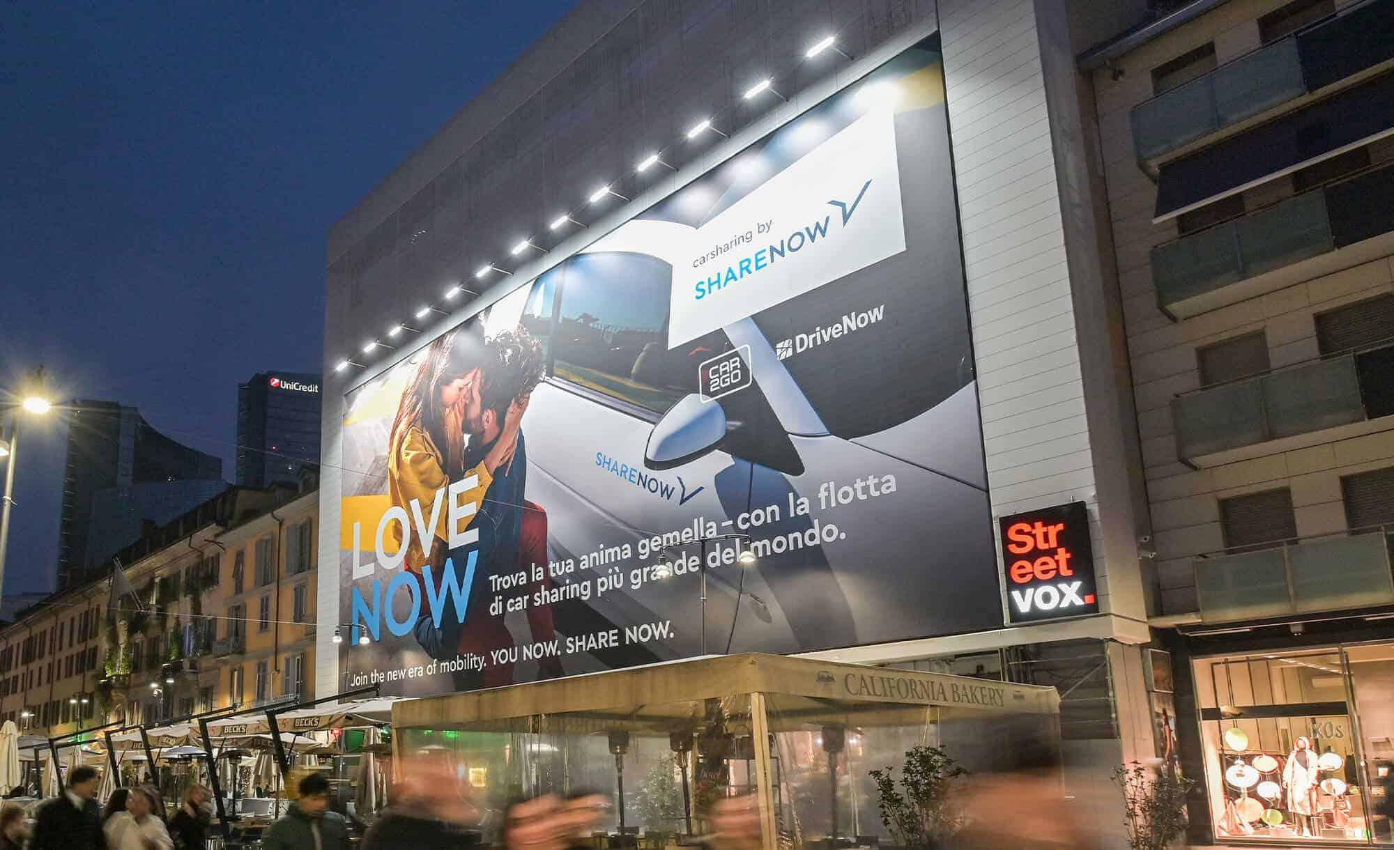 Maxi Affissione Streetvox in Corso Como 6 a Milano con ShareNow (Leisure)