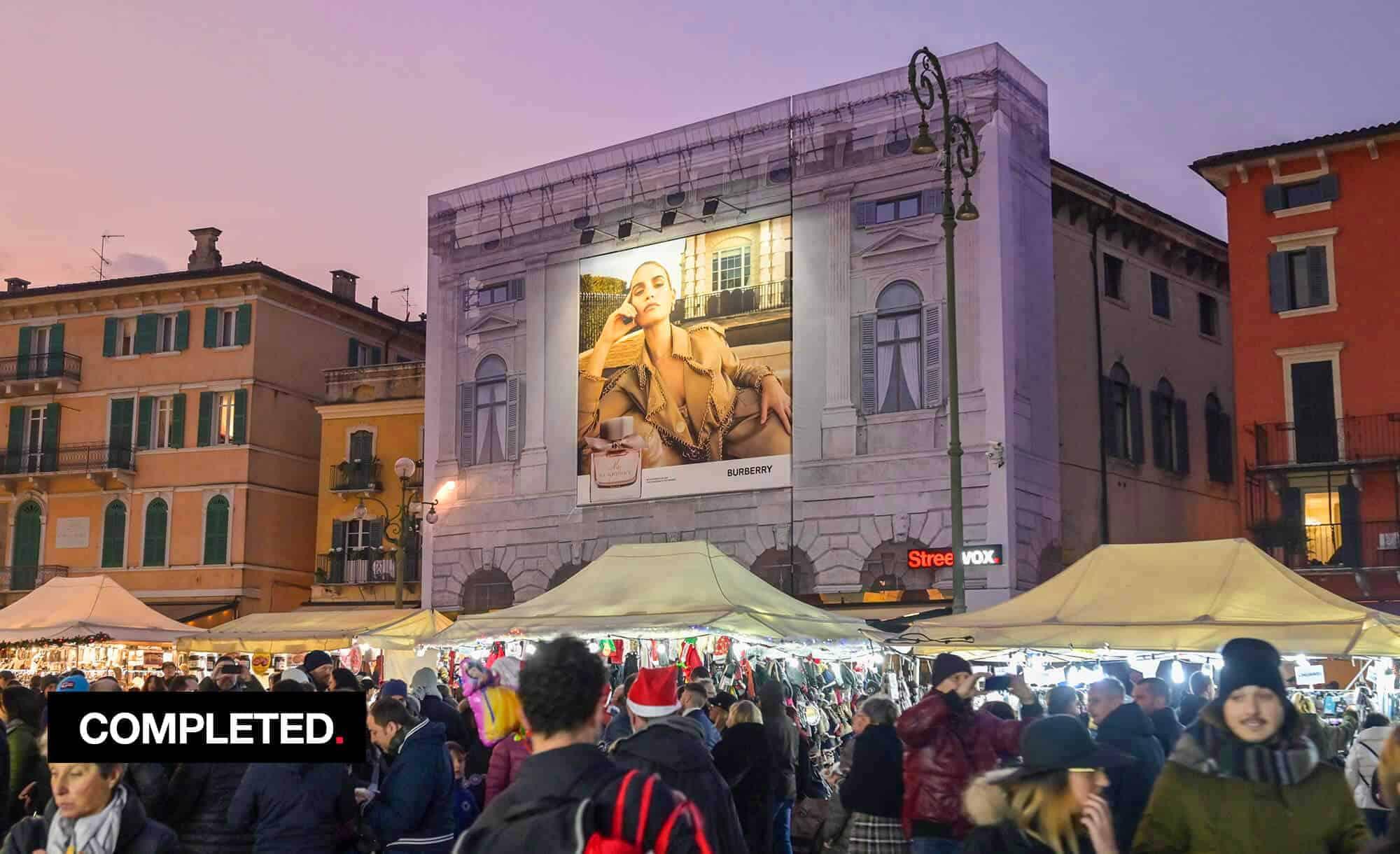 Maxi Affisione a Verona in Piazza Bra Palazzo Malfatti con Burberry (fashion)