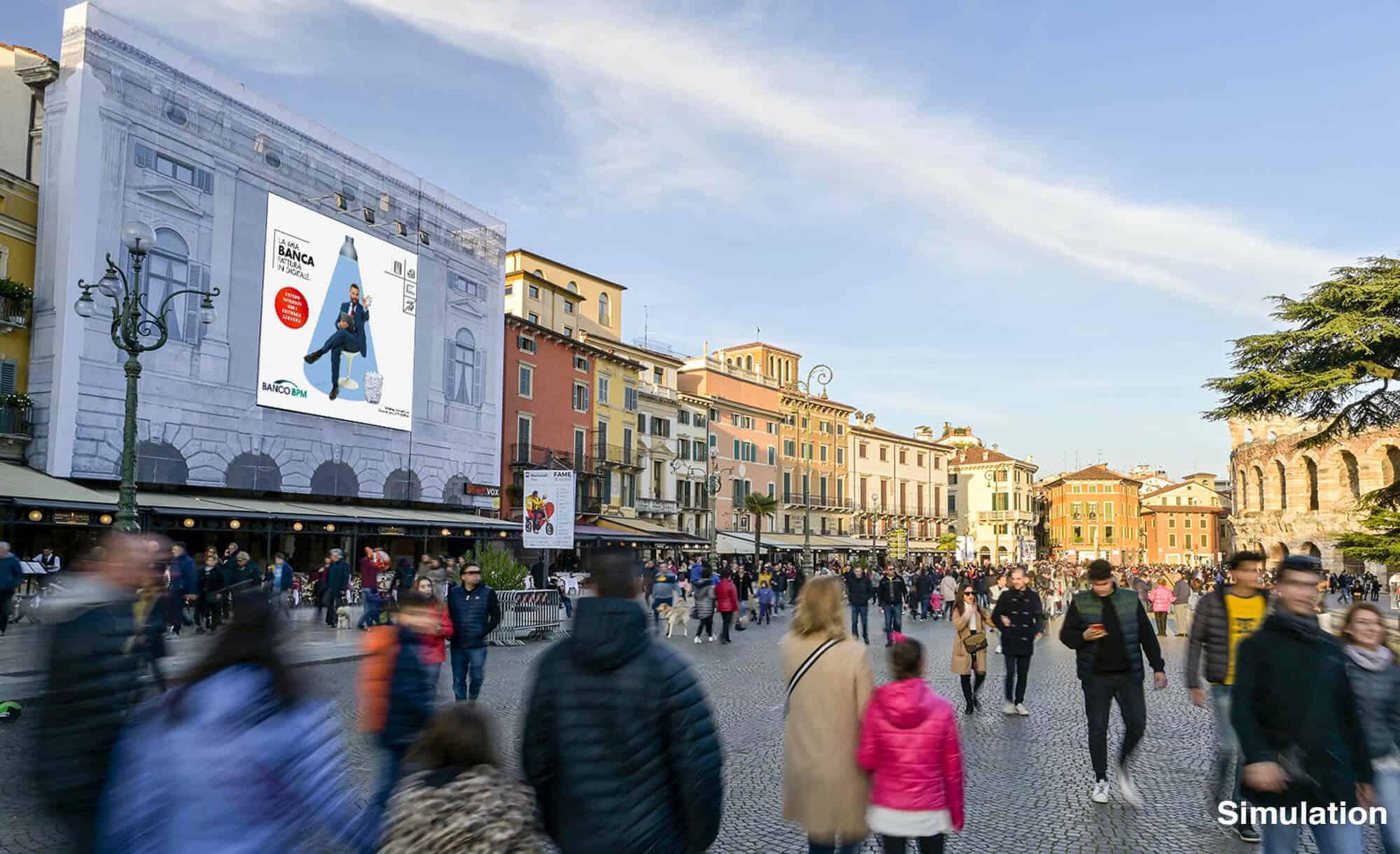 Bellissima Maxi Affissione di Streetvox in Piazza Bra, con vista dell'Arena di Verona