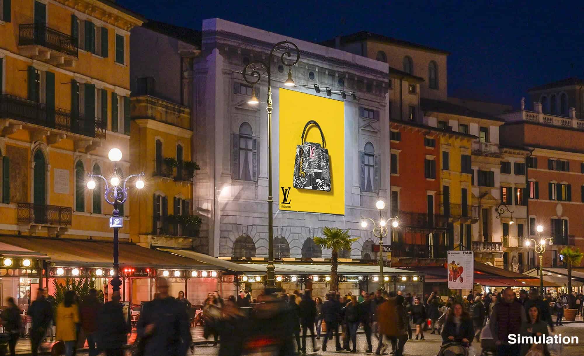 Bellissima Maxi Affissione di Streetvox in Piazza Bra, vista percorrendo la piazza dalla Gran Guardia a Verona