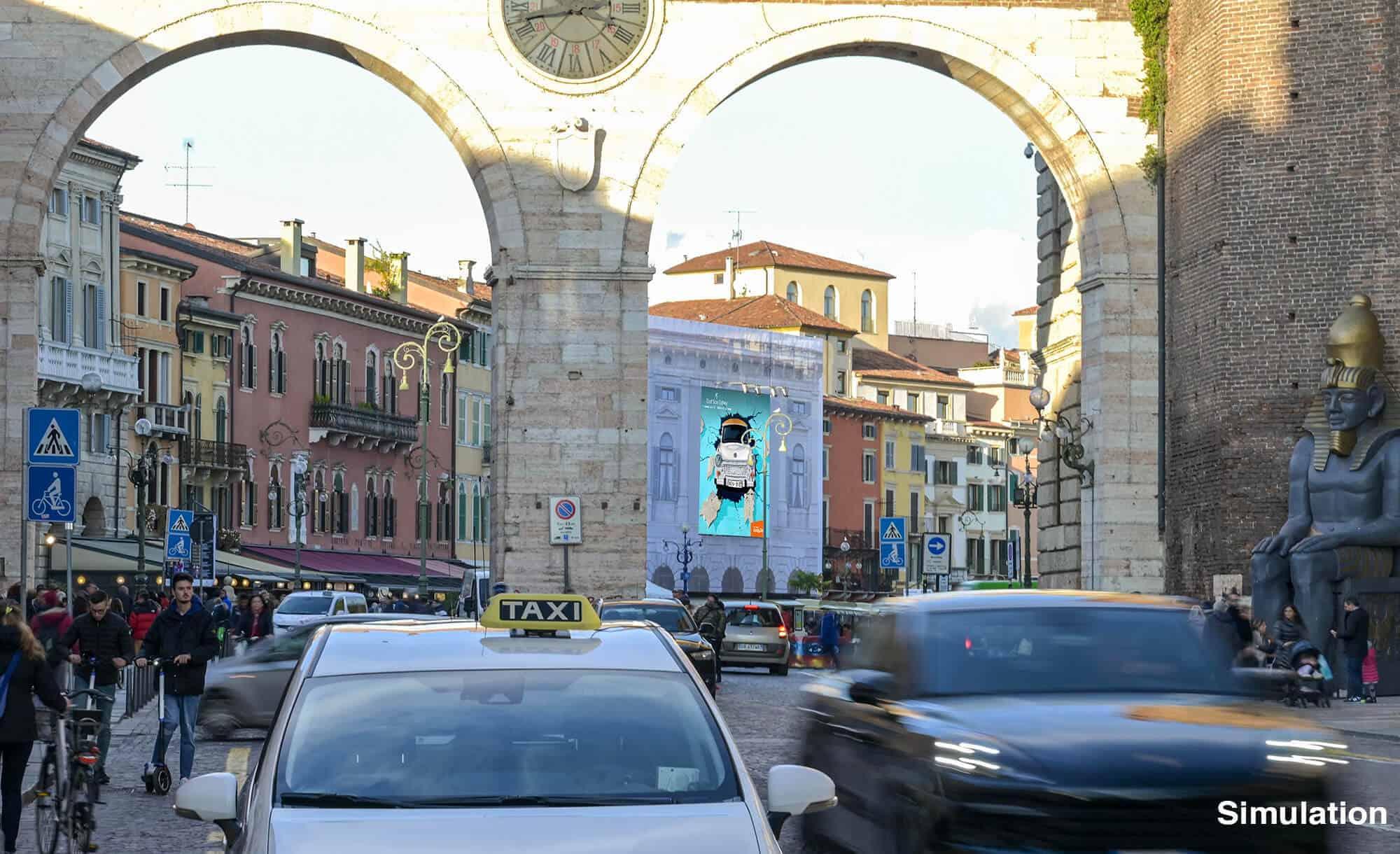 Bellissima Maxi Affissione di Streetvox in Piazza Bra, vista dalla Porta della Gran Guardia a Verona