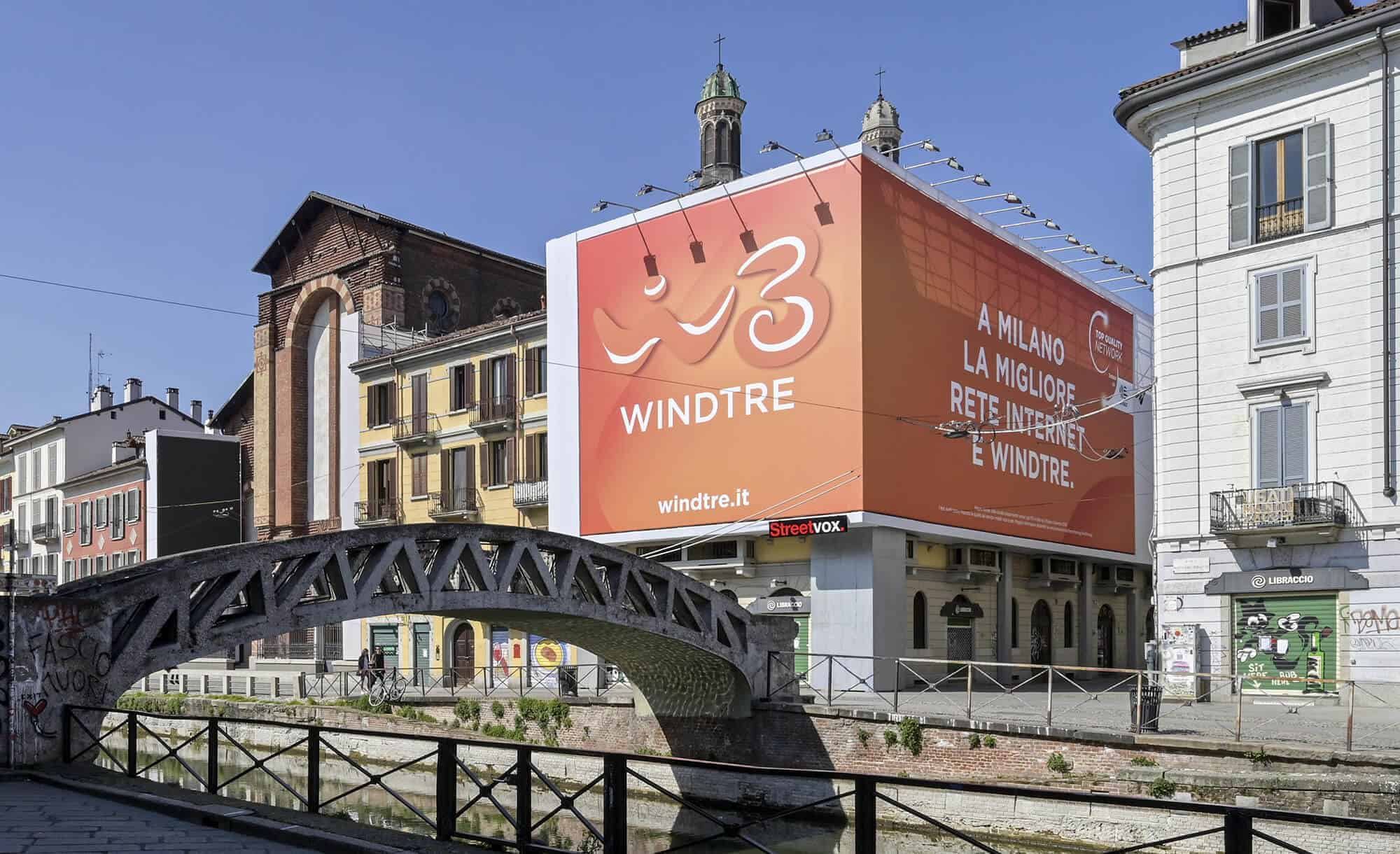 Maxi Affissione Streetvox in Via Corsico 12 sui Navigli a Milano con Wind3 (Mobile)