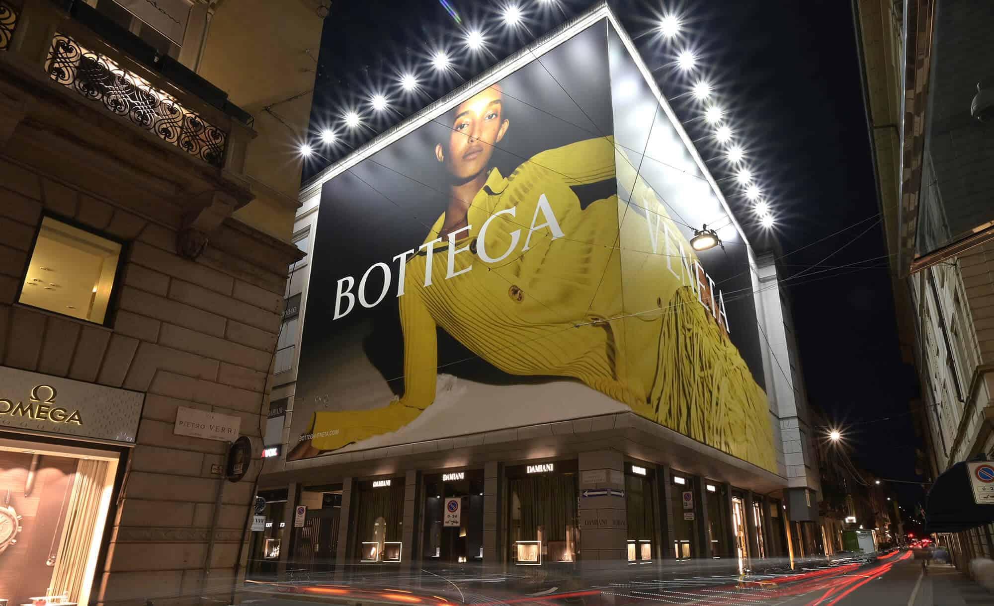 Maxi Affissione Streetvox in Via Monte Napoleone 10 a Milano con Bottega Veneta (Fashion)