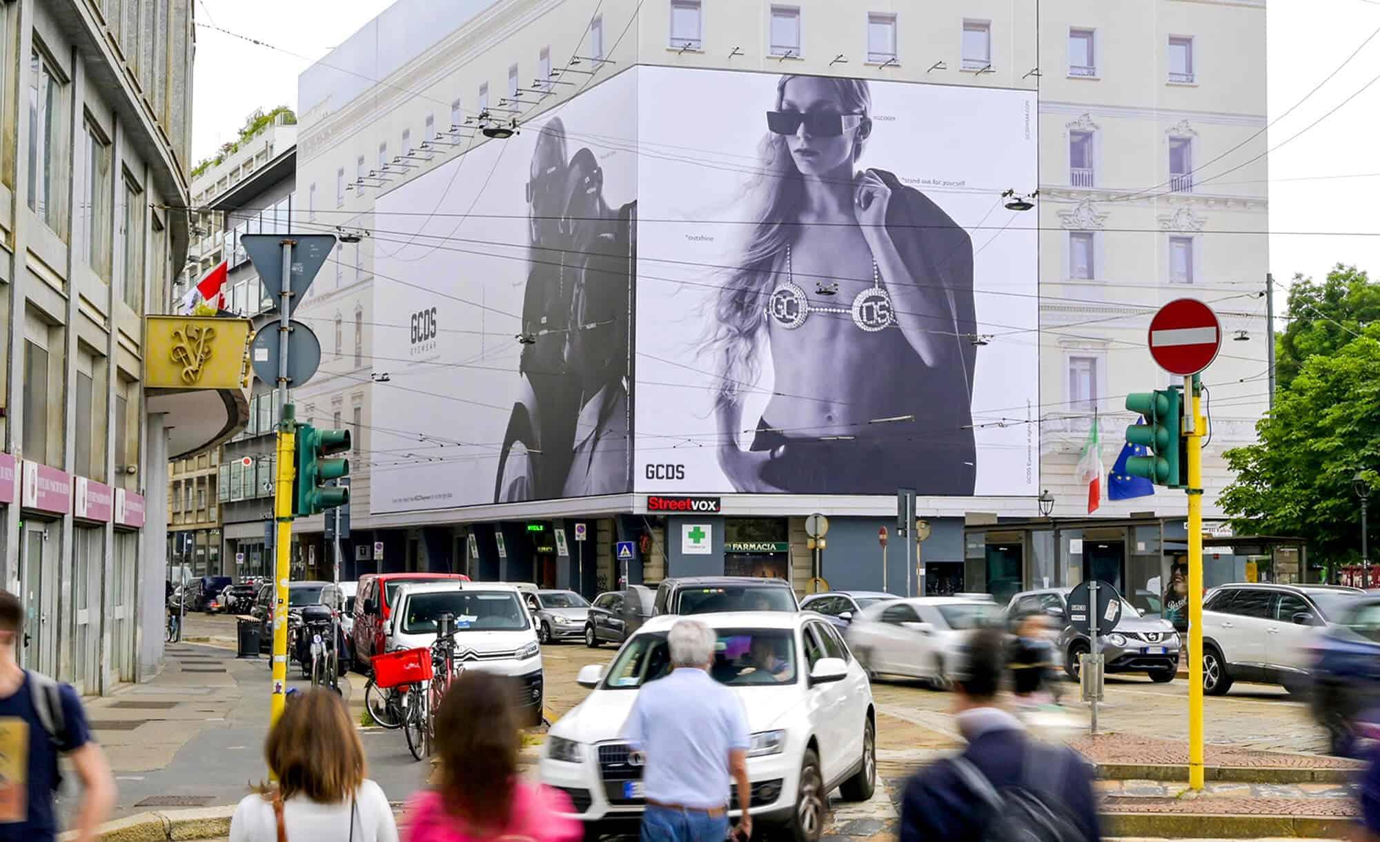Maxi Affissione a Milano in Piazza Cavour 5 con GCDS (Fashion)