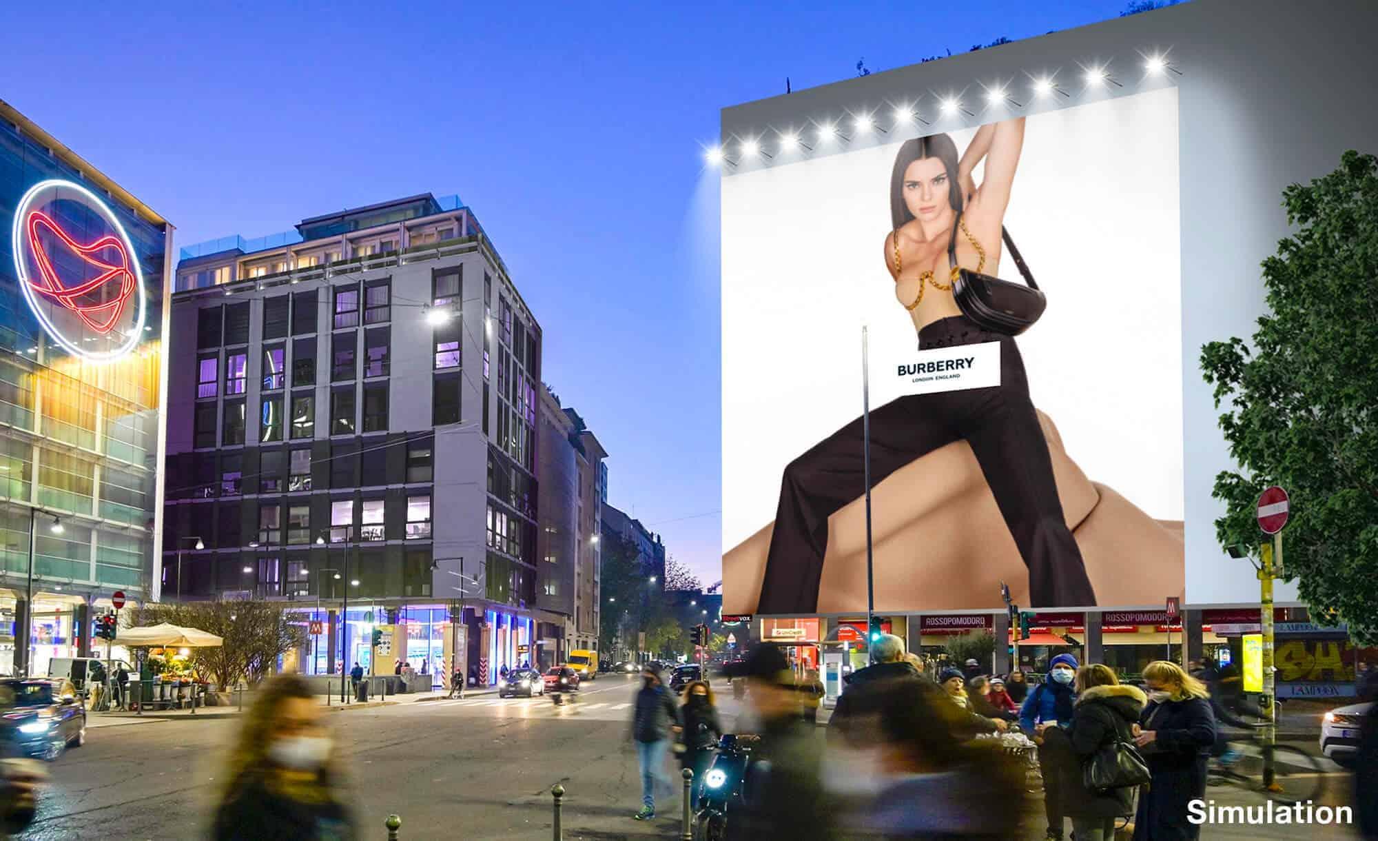 Maxi Affissione a Milano in Via Moscova 58 con Burberry (Fashion)
